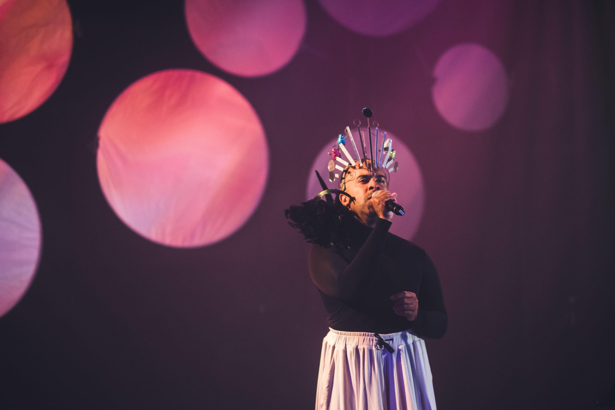 Image of Bruno Capinan singing.